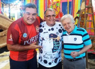 João Roberto Kelly(dir), o carnavalesco Jaime Cezário e o diretor de carnaval Paulo Brandão. O presidente do Cordão da Bola Preta, Pedro Ernesto Marinho. Foto: Divulgação.