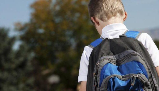 Criança usando mochila. Foto: Reprodução de Internet