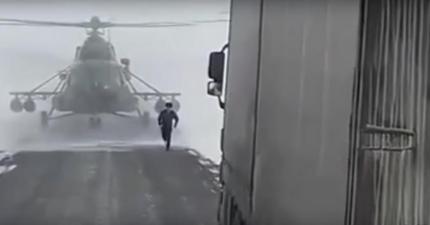 Piloto de helicóptero pede ajuda a motoristas. Foto: Reprodução/Youtube