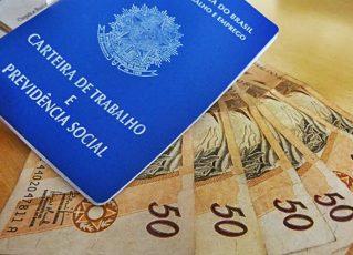 Carteira de Trabalho e dinheiro. Foto: Reprodução de Internet