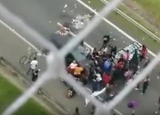 Motorista atropela manifestantes. Foto: Reprodução/Youtube