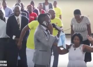 Pastor 'conversa' por celular com Deus. Foto: Reprodução
