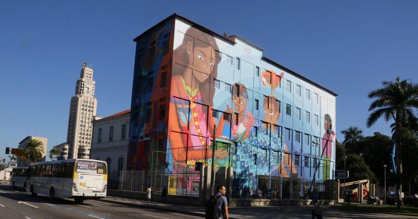 """Painel """"Contos"""", produzido nas paredes da Escola Municipal Rivadávia Corrêa. Foto: Divulgação"""