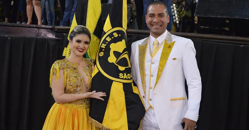 Fabricio Pires e Amanda Poblete como novo casal de mestre-sala e porta-bandeira da São Clemente. Foto: Divulgação