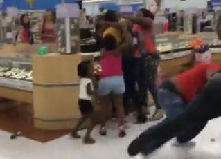 Casais brigam e crianças tentam apartar. Foto: Reprodução