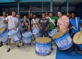 Alunos do projeto de percussão da Unidos de Vila Isabel. Foto: Eduardo Hollanda