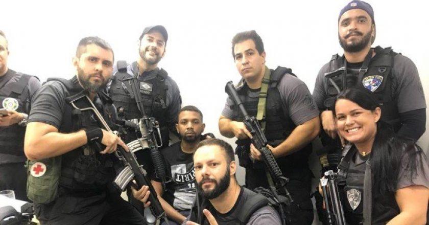 Policiais posam para foto ao lado do traficante Rogério 157. Foto: Reprodução/Whatsapp