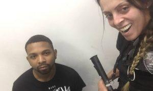 Policial posa para foto ao lado do traficante Rogério 157. Foto: Reprodução/Whatsapp