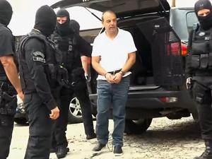 Cabral foi algemado nos pés e mãos, além de ter um cinto que o imobilizou. Reprodução/TV Globo