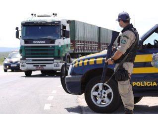 Bloqueio policial em rodovia. Foto: Reprodução de Internet