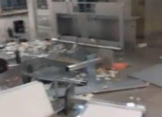 Funcionário tem surto psicológico e quebra objetos no Galeão. Foto: Reprodução de vídeo