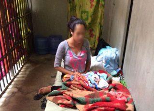 Mãe detida com filho recém-nascido em cela. Foto: Condepe