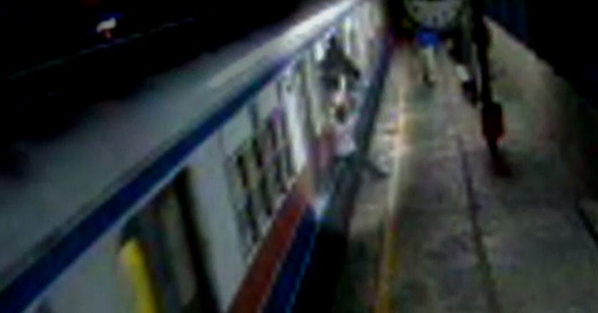 Skinhead obriga jovens a pular de trem. Foto: Reprodução de TV