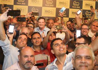 Marcelo Crivella com taxistas. Foto: Divulgação