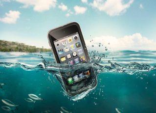 Celular na água. Foto: Reprodução de Internet