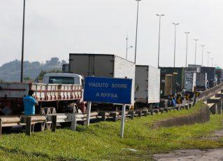 Paralisação dos caminhoneiros na Rodovia Presidente Dutra no Rio. Foto: Tânia Rêgo/Agência Brasil