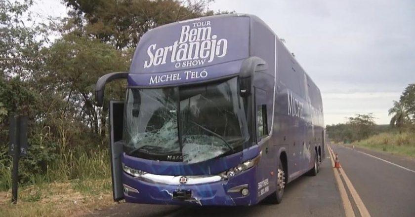 Ônibus de Michel Teló sofre acidente. Foto: Reprodução de TV