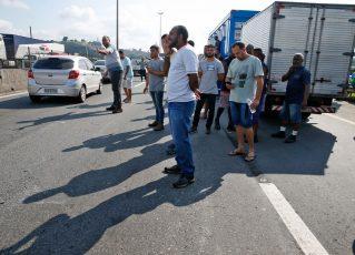 Paralisação dos caminhoneiros na Rodovia Presidente Dutra, no Rio. Foto: Tânia Rêgo/Agência Brasil