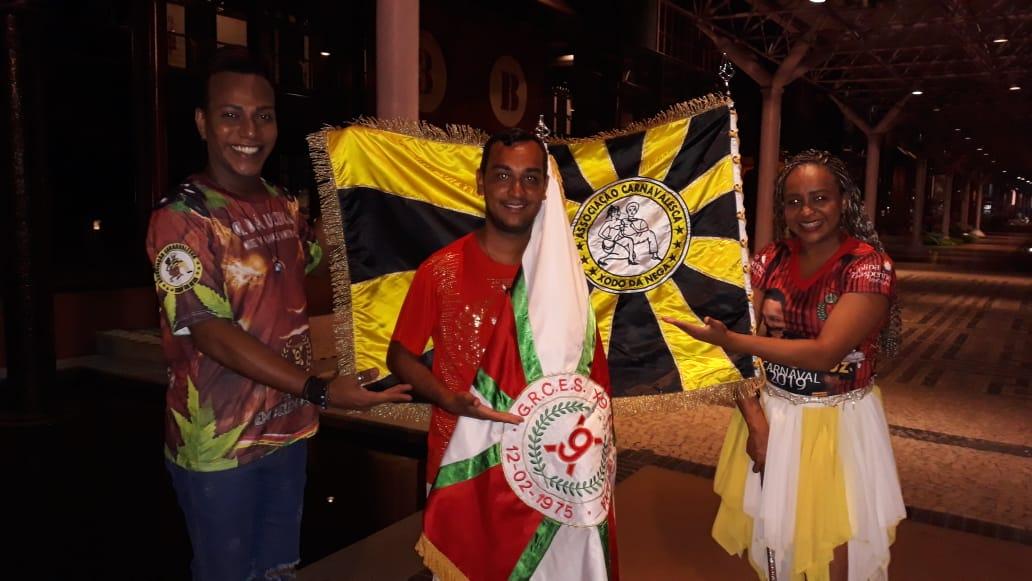 Leandro Nascimento e representantes da escola de samba Xodó da Nega para o Carnaval de 2019. Foto: Divulgação