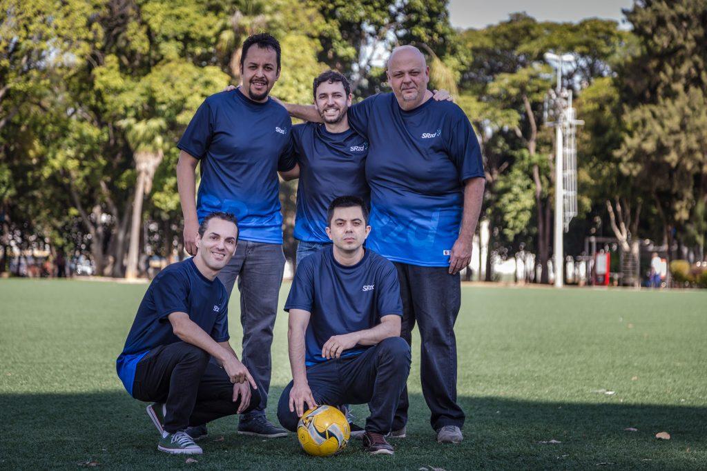 Em pé, da esquerda para a direita: Douglas Araújo (repórter), Maurício Capela (comentarista), Paulo Massini (comentarista). Agachados, da esquerda para a direita: Raul Machado (diretor de redação), Marcelo Gomes (narrador). Foto: SRzd