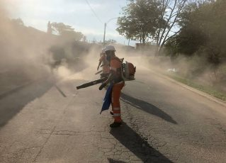 Comlurb limpa as vias após implosão do Condomínio Jambalaia. Foto: Comlurb