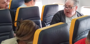 Homem hostiliza idosa em aeronave da Ryanair. Foto: Reprodução/Youtube