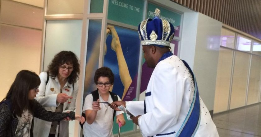 Corte do Carnaval recebe turistas em aeroporto do Rio. Foto: Riotur