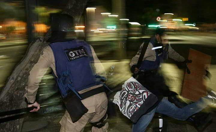 Professora é agredida pela Guarda Municipal. Crédito: Luiz Fernando Nabuco/Aduff-SSind