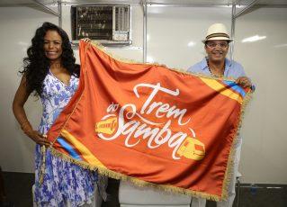 Selminha Sorriso ergue a bandeira do Trem do Samba. Foto: Divulgação