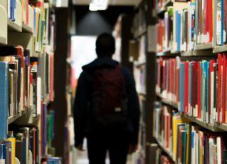 Estudante em biblioteca. Foto: Reprodução
