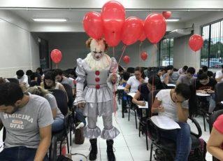Giovanni se fantasia para aplicar prova na Ufac. Foto: Reprodução de Internet