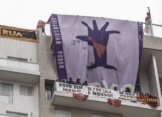 Manifestantes ocupam triplex no Guarujá. Foto: Mídia Ninja
