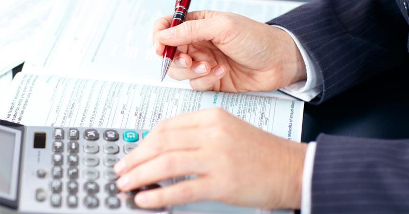 Empresário assina documento. Foto: Divulgação