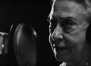 """Fernanda Montenegro no clipe de """"Manifestação"""" da Anistia Internacional. Foto: Reprodução/Youtube"""