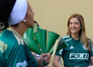 Leila Pereira assiste a apresentação das fantasias da Mancha Verde. Foto: Sergio Ortiz / Comunicação Mancha Verde
