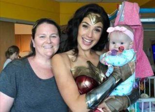 Gal Gadot, que interpreta a Mulher Maravilha, visita crianças em hospital. Foto: Reprodução/Twitter