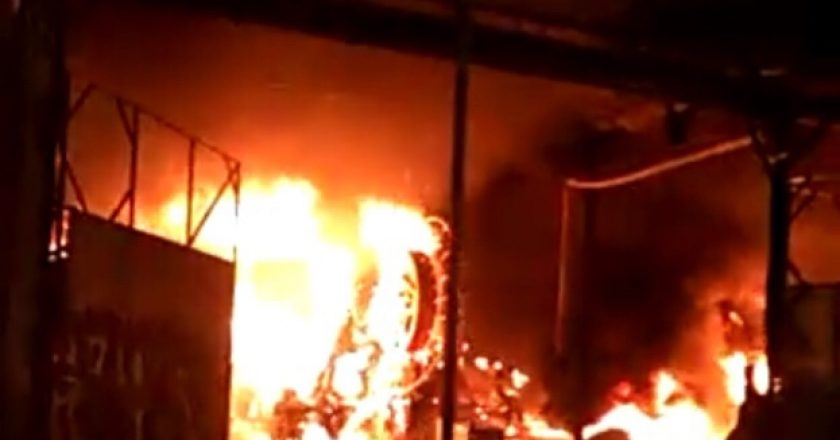 Incêndio no barracão da Porto da Pedra. Foto: Reprodução