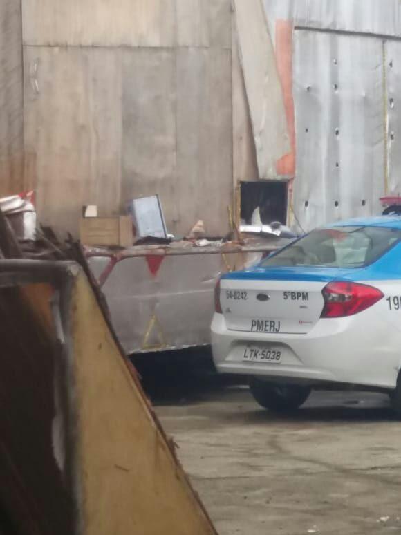 Carro da Polícia Militar do Rio em frente ao barracão da Inocentes de Belford Roxo. Foto: Divulgação