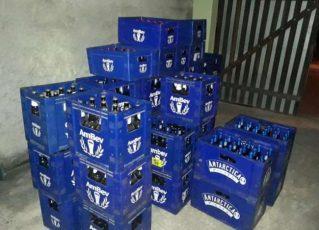 Cervejas apreendidas no quintal de policial militar. Foto: Reprodução