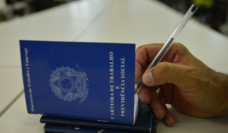 Carteira de Trabalho. Foto: Marcelo Casal Jr/Agência Brasil