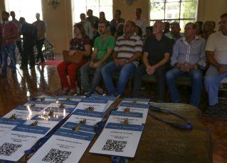 Crachás do Programa Ambulante Legal com QR Code. Foto: Edivaldo Reis/Divulgação da Prefeitura do Rio