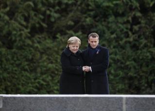 Angela Merkel e Emmanuel Macron juntos em celebração de 100 anos do fim da Primeira Guerra Mundial. Foto: Reprodução/Twitter