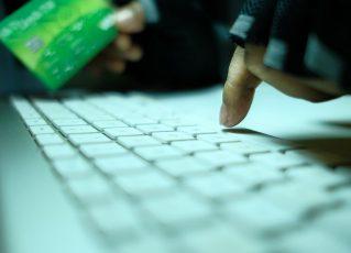 Hacker com cartão de crédito. Foto: Reprodução de Internet