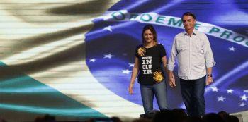 Michelle Bolsonaro ao lado do marido, o presidente eleito Jair Bolsonaro. Foto: Reprodução/Agência Brasil