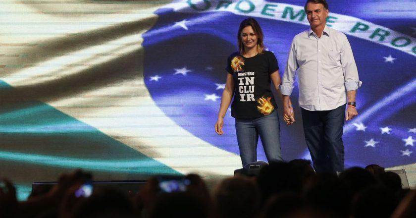 Michelle Bolsonaro ao lado do marido, o presidente Jair Bolsonaro. Foto: Reprodução/Agência Brasil