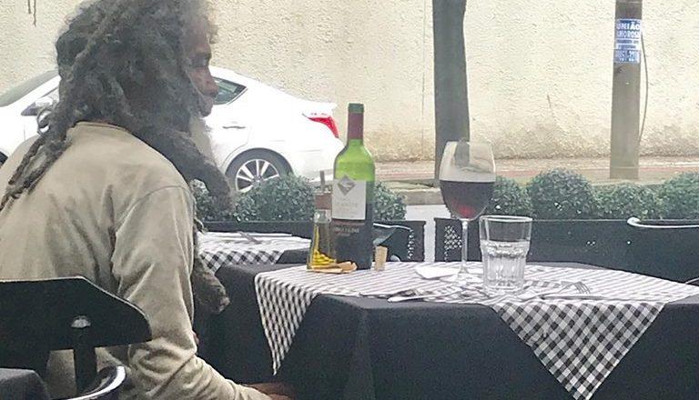 Morador de rua almoça em restaurante em bairro nobre de Belo Horizonte. Foto: Reprodução/Facebook