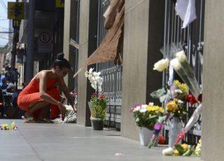 Flores são colocadas na frente da da Catedral Metropolitana de Campinas em homenagens as vítimas mortas durante a atentado. Foto: Reprodução/Agência Brasil