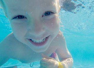 Criança na piscina. Foto: Pixabay