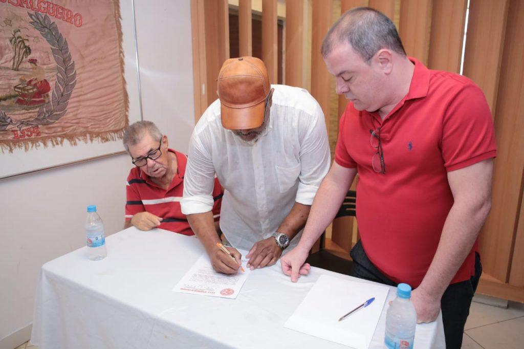 Jomar Casemiro assina documento que transfere posse da presidência do Salgueiro para André Vaz. Foto: Divulgação/Alex Nunes