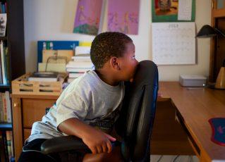Criança assiste a vídeo no Youtube. Foto: Reprodução/Glenn Beltz/Flickr